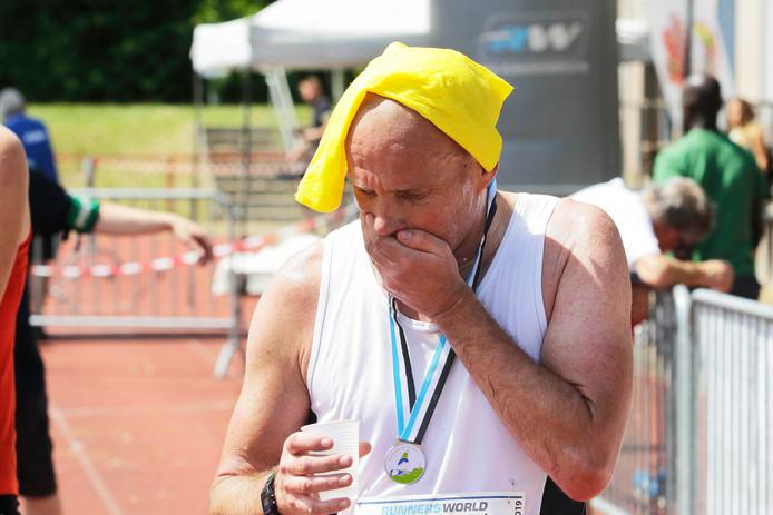 En na de marathon weer herstellen met een doek gedompeld in koud water op je kop.