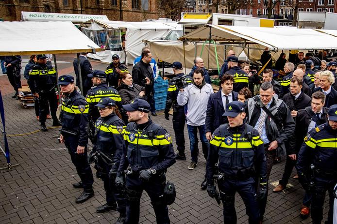 PVV-leider Geert Wilders gaat op de foto tijdens zijn bezoek aan de markt in Spijkenisse in aanloop naar de Provinciale Statenverkiezingen.