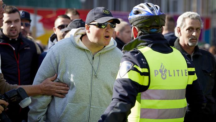 Een aanhanger van Pegida in oktober tijdens een betoging in Utrecht