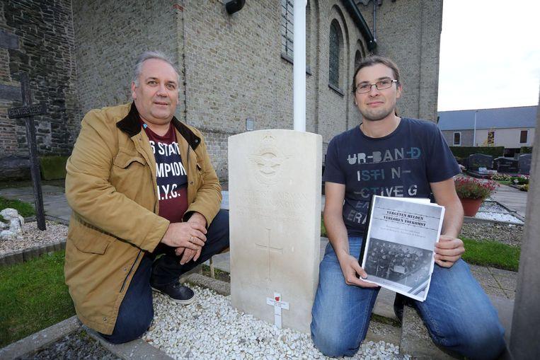 Johan Ryheul en Anthony Degrande bij het graf waarvan ze de identiteit van de soldaat hebben achterhaald op het kerkhof van Bovekerke.