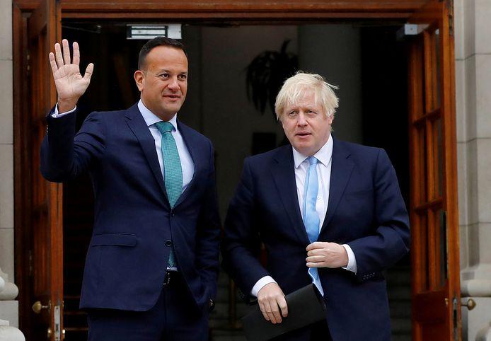 De Ierse premier Leo Varadkar zwaait bij bij ontmoeting met de Britse premier Boris Johnson in Dublin.