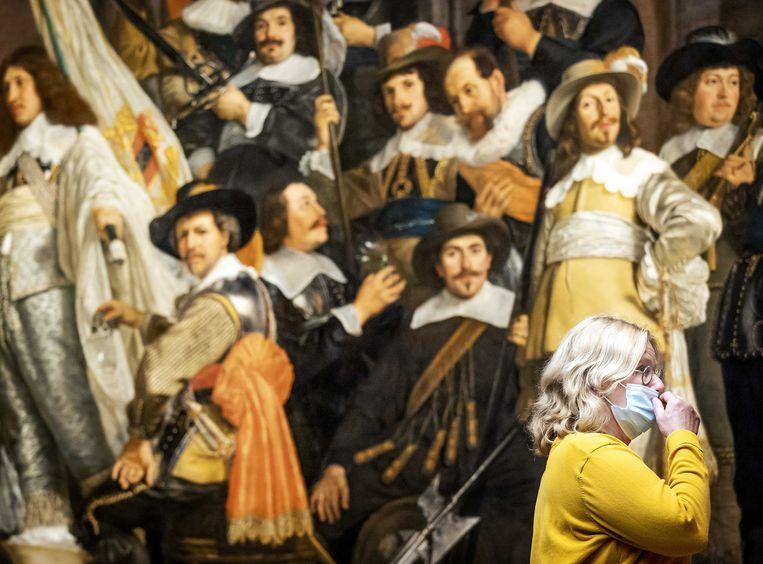 Een bezoeker van het Rijksmuseum draagt een mondkapje. Beeld Koen van Weel/ANP