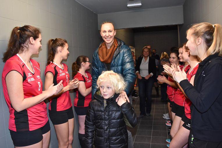 De spelers van de lokale sportclubs vormden een erehaag voor Ann Wauters