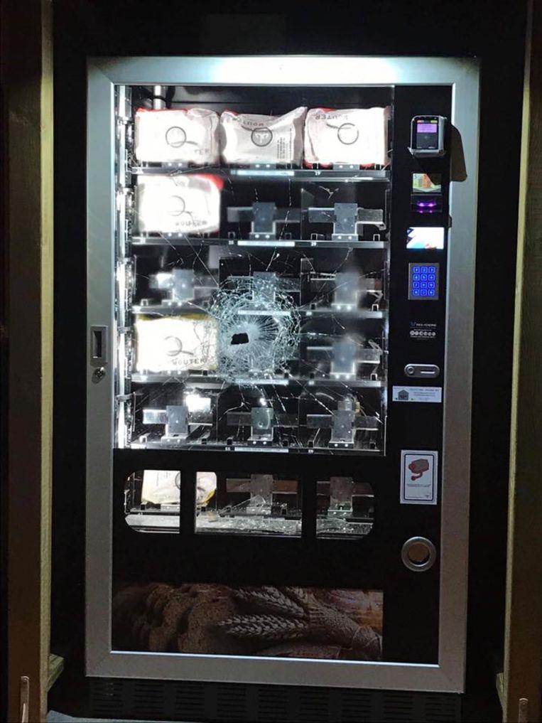 Het kijkvenster van de broodautomaat raakte flink beschadigd.