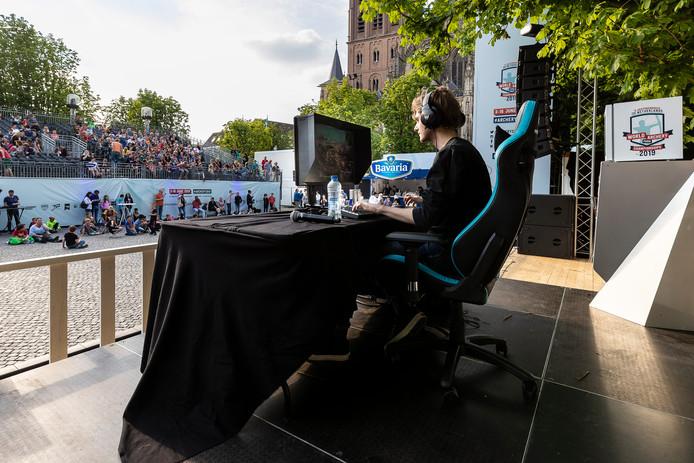 You-tube ster Djuncan speelt voor publiek Fortnite in het decor van WK Archery.