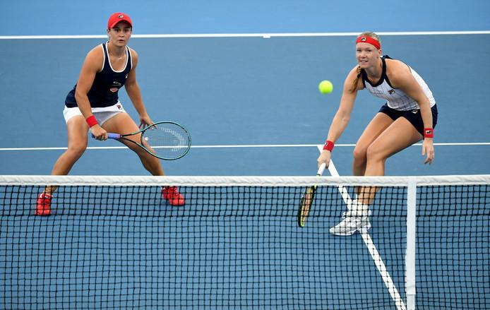 Kiki Bertens met haar partner Ashleigh Barty in actie in de finale.