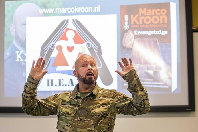 Majoor Marco Kroon houdt een lezing in Buitencentrum De Sallandse Heuvelrug tijdens de traditionele Veteranendag in de gemeente Hellendoorn.