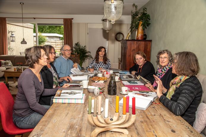 Leesgroepje buigt zich over een kunstboek. In een Zwolse huiskamer bijeen. Vlnr: Ankie Geerdes, Hennie Schrooten, Kees Vos, Netty Haverkort, Wilhelmien Kalter, Marijke Vos en Trudy Michel.