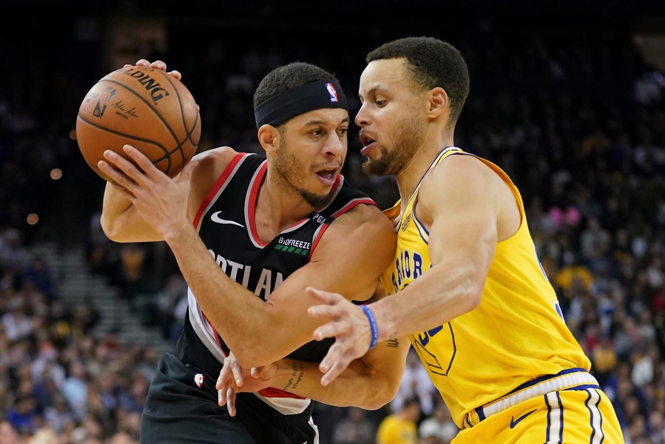 Seth Curry (links) in duel met zijn broer Stephen Curry eerder dit seizoen.