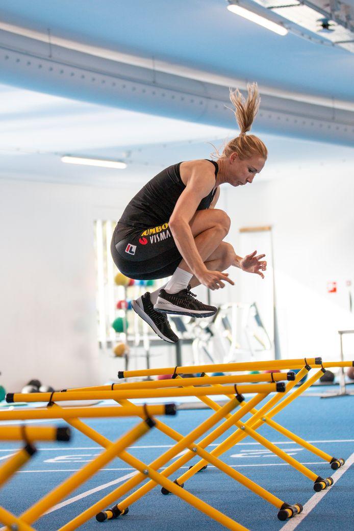 Carlijn Achtereekte vindt sprongoefeningen fijn om te doen.