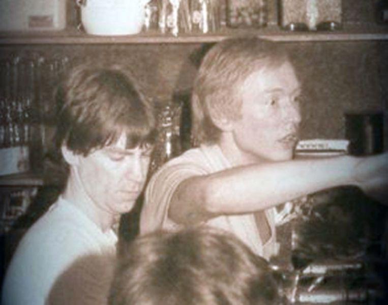 Luc Ponsaerts (rechts) zette zijn eerste stappen in de Leuvense horeca in Den Delper. Later opende hij het al even legendarische café Orient dat nu door het leven gaat als café Bardot.