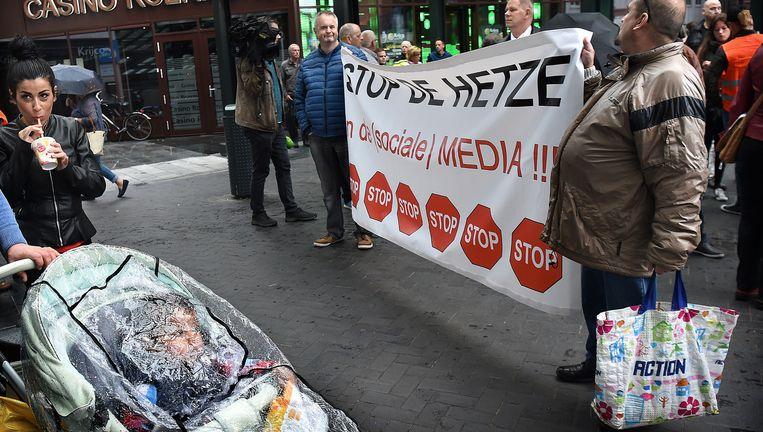 Deelnemers aan de protestmars, zondagavond in Roermond, naar aanleiding van de zaak-Van Rey. Beeld Marcel van den Bergh