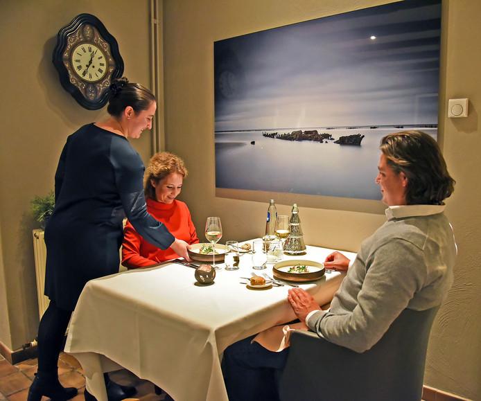Gastvrouw en sommelier Yori Gresel van De Vijverhoeve dient een voorgerecht op.