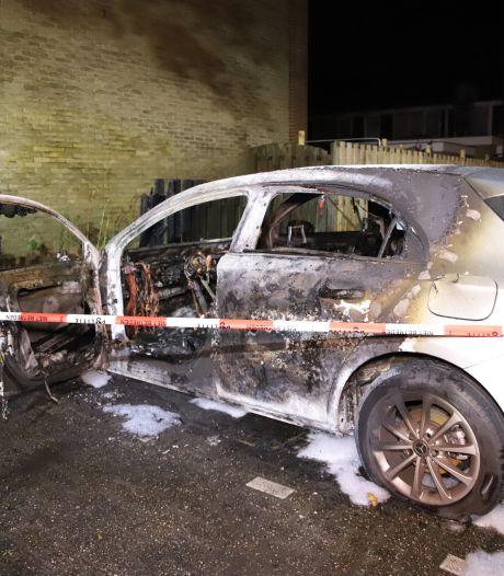 Bewoners vluchten huis uit bij autobrand in Tiel