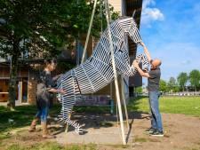 Net als vroeger weer een steigerend paard op schoolplein Bataafs Lyceum in Hengelo