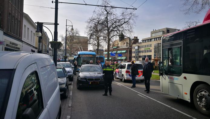 Een automobilist parkeert zijn auto midden op de Jansbinnensingel in Arnhem.