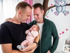 Kleine Liz uit Alphen heeft twee trotse papa's