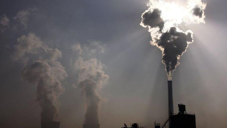 Een kolencentrale in China. De ambitie om centrales als deze te vervangen door (bijvoorbeeld) kerncentrale, moet even in de ijskast. © reuters Beeld