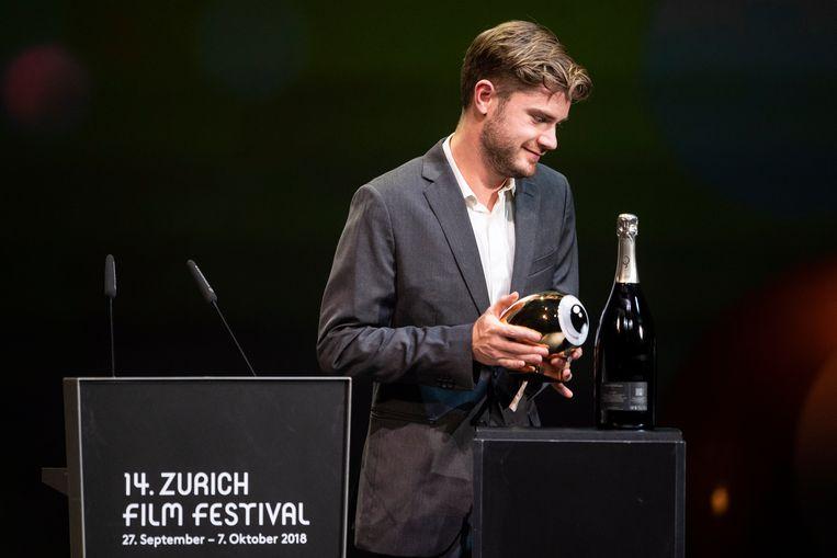 Lukas Dhont neemt zijn Golden Eye award voor 'Girl' in ontvangst.