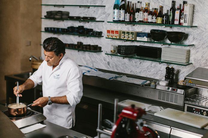 Yves Mattagne dans sa cuisine.