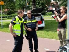 Gespot! Frans Bauer als agent op de Brugweg in Zwijndrecht