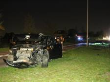 Automobilist rijdt lantaarnpalen en verkeerskast uit de grond