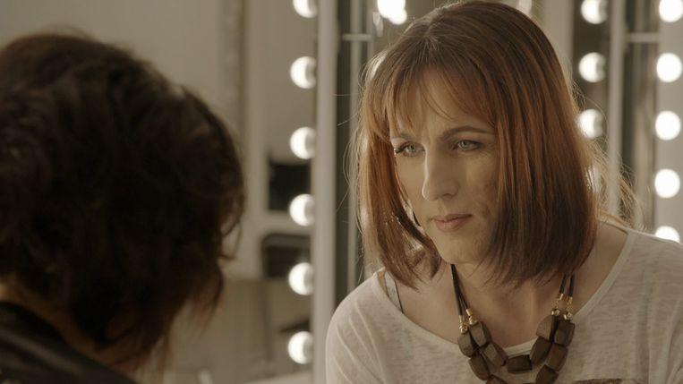 Paulien De Groote - geboren als Peter - vond al sinds haar zesde dat ze het foute lichaam had. In het Eén-programma 'M/V/X' toonde ze zich voor het eerst als vrouw.