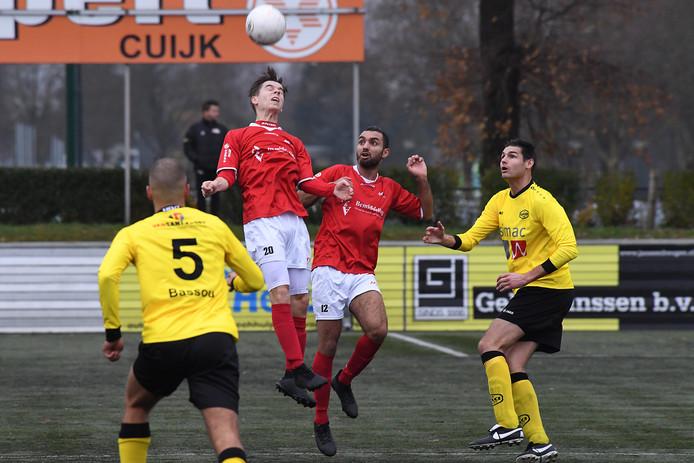 Jay van Boxtel (broeknummer 20) kopt de bal voor JVC in de thuiswedstrijd tegen UNA. Naast hem Jassin Aarab. De ploeggenoten kregen aan het einde van de wedstrijd ruzie.