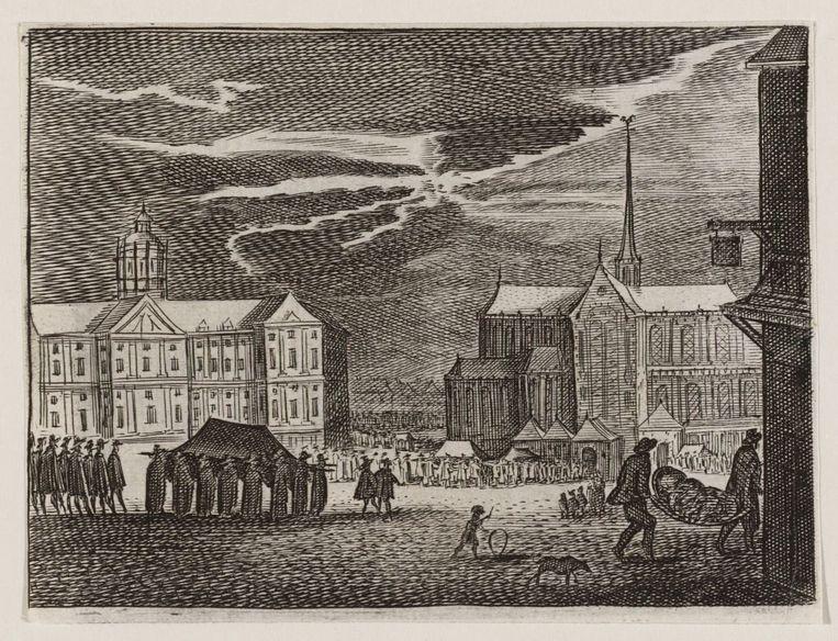 Begrafenisstoet met pestdoden in Amsterdam, met op de achtergrond het stadhuis en de Nieuwe Kerk. Beeld Stadsarchief Amsterdam, Collectie Atlas Dreesmann
