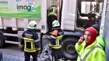 Vorige week in Bavikhove, nu in Kortrijk: werknemers blussen brandje aan hun vuilniswagen