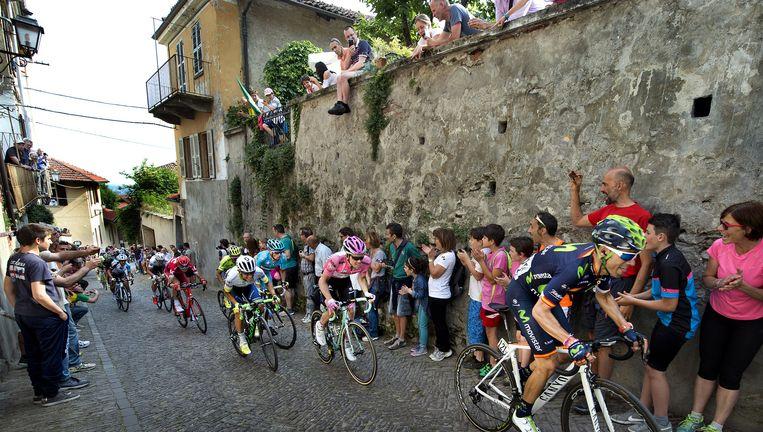 Steven Kruijswijk (roze trui) bijt zich op de steile klim in Pinerolo vast in het wiel van concurrent Alejandro Valverde. Beeld null