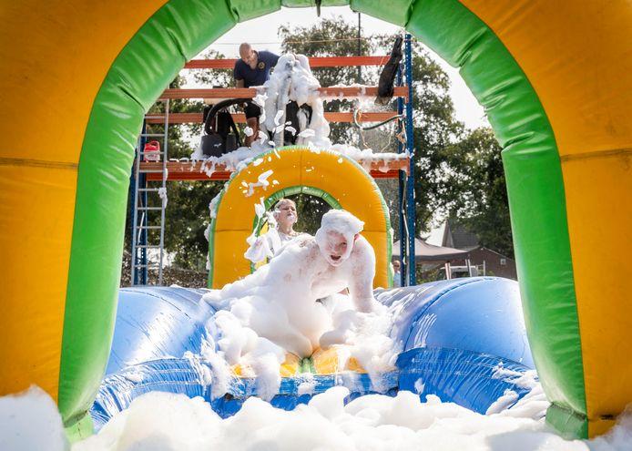 Kinderen veranderen in sneeuwpoppen bij sport- en speldag in Milheeze.
