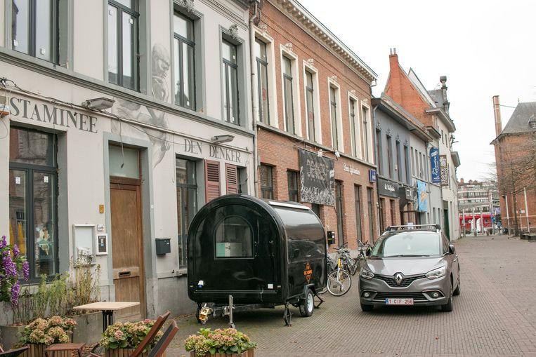 """Het vroegere café Den Denker met daarnaast jeugdhuis Den Eglantier: """"Beide gebouwen worden één geheel en moeten dé nieuwe ontmoetingsplek worden voor jongeren, met ruimte voor experiment en ateliers rond muziek, beeld en media."""""""