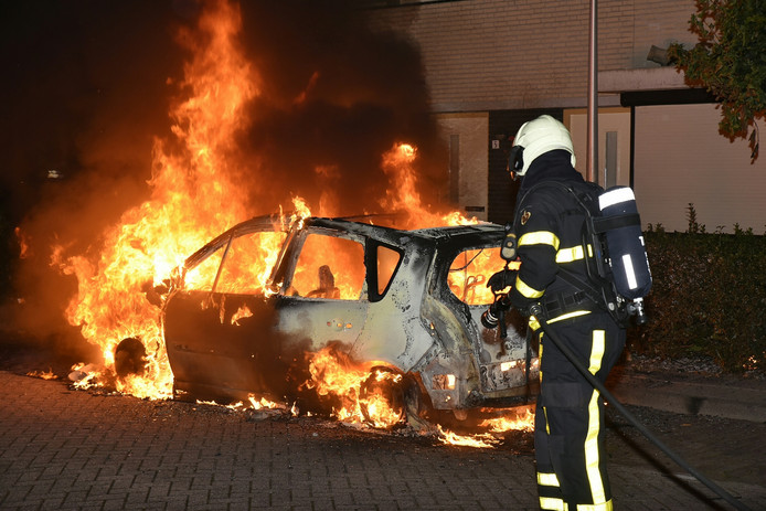 De auto aan de Scheerderstraat brandde volledig uit.