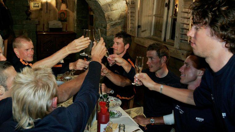 Michael Rasmussen viert in de Tour de France van 2007 met de rest van de Rabo-ploeg zijn overwinning in de achtste etappe naar Tignes, waarin hij de gele trui behaalde. Rechts Thomas Dekker, beneden hem zit Michael Boogerd Beeld anp