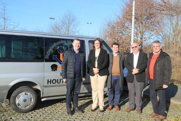 Burgemeester Joris Hindryckx, schepenen Ann Vansteenkiste en Jeroen Vandromme en buschauffeurs Danny Beauprez en Dany Clauw.