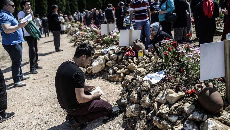 Nabestaanden rouwen bij de graven van mijnwerkers in Soma.