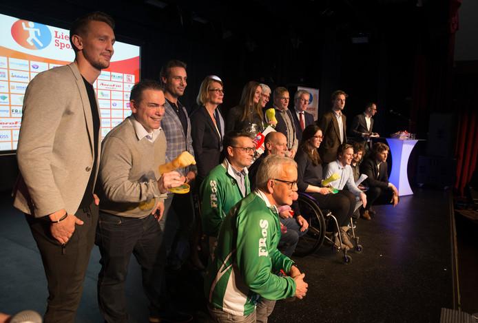 Alle prijswinnaars samen op het podium, met links eregast Luuk de Jong van PSV. Foto Theo Kock