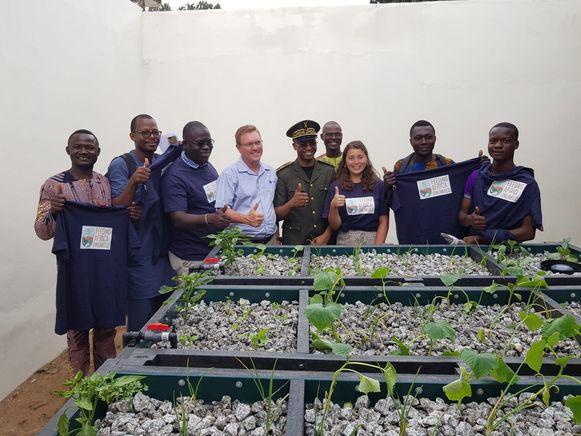 De Leuvense bio-ingenieur samen met de Beninse ambassadeurs bij het aquaponics-systeem