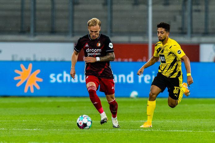 Immanuel Pherai (rechts) zet namens Borussia Dortmund de achtervolging in op Mark Diemers, in het oefenduel met Feyenoord, eind augustus.