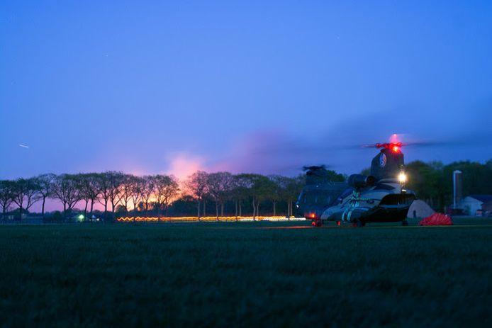 De helikopter die helpt met blussen landde in de achtertuin van Patrick.