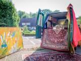 Overleden dichter Bert de Haan maakt laatste rit in rijdend atelier