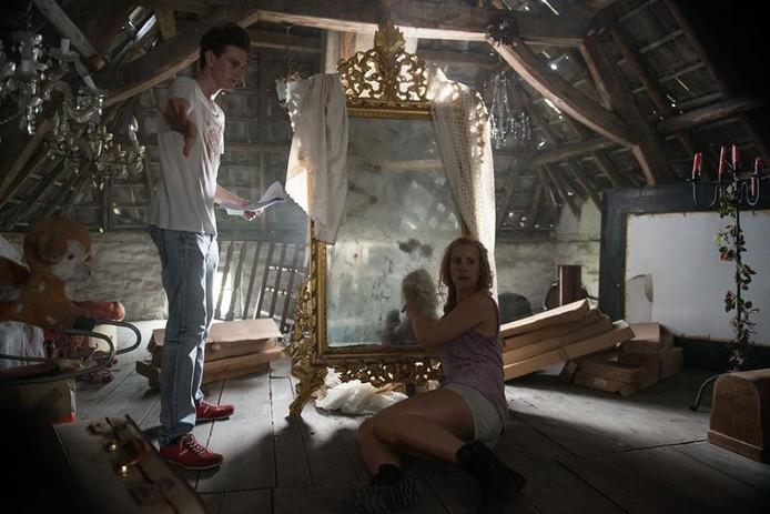 Screenshot uit de horrorfillm Riven, die is opgenomen in het huis van Vlemmix.