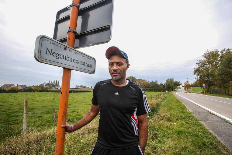 Bewoner Marcel Domine in de Negenbunderstraat, de favoriete uitwijkmogelijkheid voor wie de trajectcontrole in de Joseph Van Den Bosschestraat wil ontwijken.