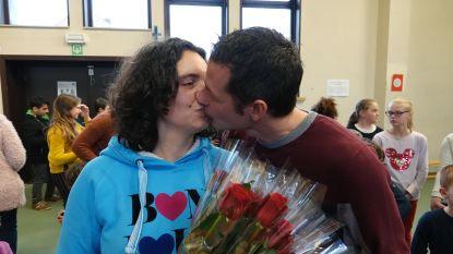 Kleuterjuf wordt ten huwelijk gevraagd tussen haar leerlingen