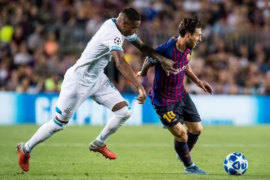 Lionel Messi (rechts) in duel met Pablo Rosario.
