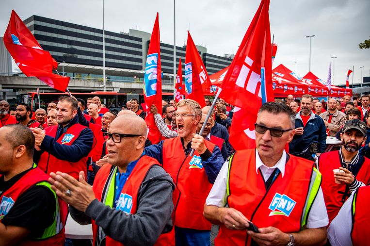 Grondpersoneel van luchtvaartmaatschappij KLM demonstreert tijdens een werkonderbreking uit onvrede over de vastgelopen cao-onderhandelingen.  Beeld ANP