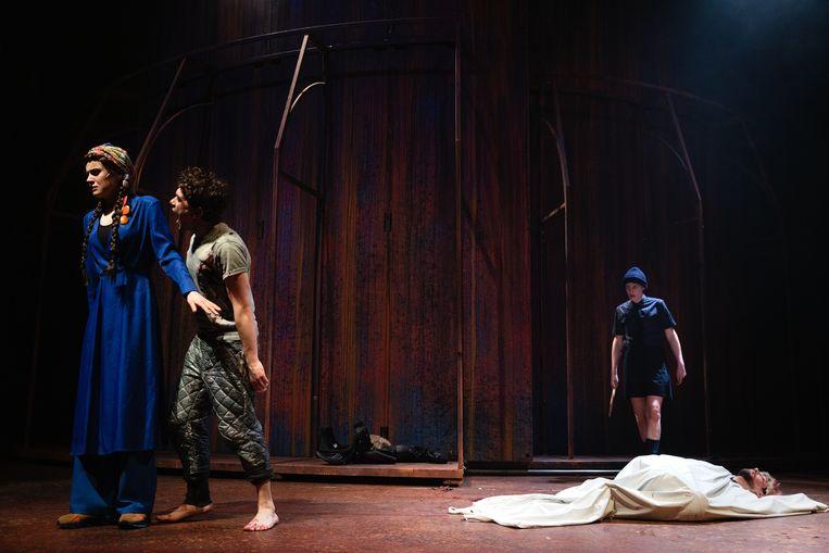 Yela de Koning als Andromage en Bram Suijker als Achilles na de dood van Hektor (Vanja Rukavina). Beeld Bowie Verschuuren