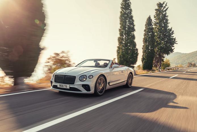 Een mooie Bentley, ondergaande zon en een prachtig heuvellandschap. Rijden in een cabrio is mooi. Maar in de file of het drukke stadsverkeer is het ronduit ongezond door de uitlaatgassen van het andere verkeer.
