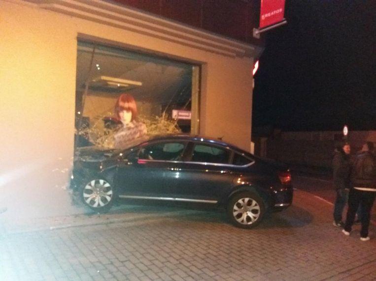 De Citroën boorde zich door het raam van de zaak.